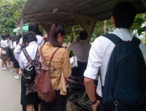 Antri Menunggu GEM Car di depan Asrama Universitas Mae Fah Luang. (Foto: Yussak Angurah)