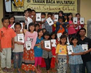 """Ubai dan anak-anak pembaca novel """"Max Havelaar"""". (Foto: Dokumentasi Ubaidilah Muchtar)"""