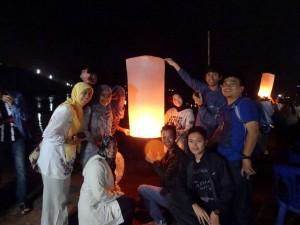 Saya (paling kanan) dan teman-teman mahasiswa Indonesia di Festival Loy Krathong. (Foto: Amelia Safitri)