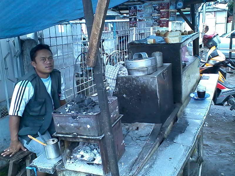 Pak Asep dan gerobak tempat jualan kue balok di pertigaan Jalan Astana Anyar-Jalan Pajagalan, Bandung.