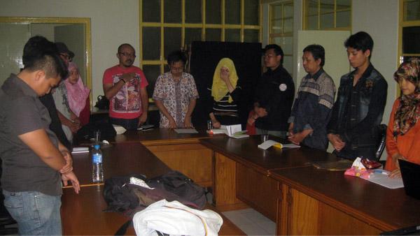 "Menyanyikan ""Indonesia Raya"" sebelum tadarus buku. (Foto: M. Ridha)"
