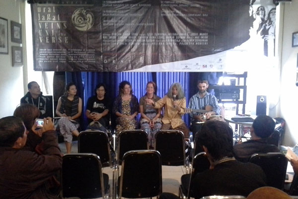 Godi Suwarna berbicara di hadapan media, didampingi sutradara dan para pemain Poetry Performing Art Urat Jagat.