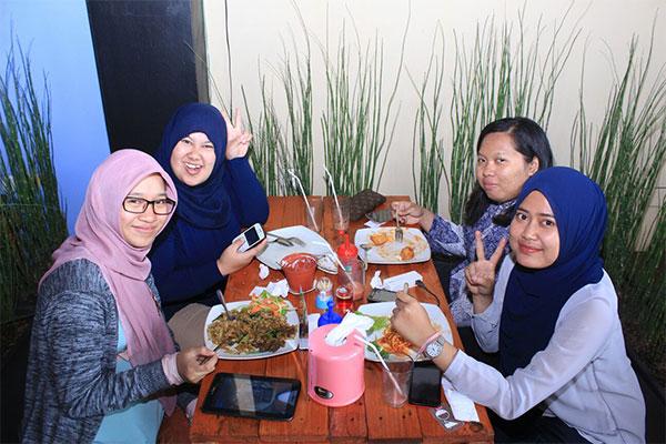 Pengunjung Tatakan Cafe & Resto. (Foto: Ramdan)