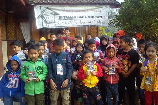 Anak-anak Ciseel yang biasa ikut membaca di Taman Baca Multatuli. (Foto: Zulkifli)